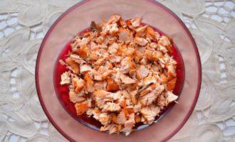 """Салат """"Императрица"""" с запеченным лососем и икрой"""
