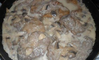 Свиная шея с грибами и мятой в йогурте