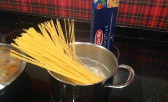 Спагетти с тефтельками с кедровыми орешками
