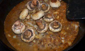 Стейк с черным перцем, коньяком и грибами