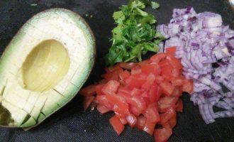 Лосось с соусом сальса из авокадо