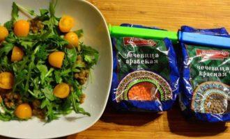 Салат с чечевицей, печеной свеклой и руколой