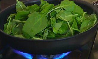 Теплый салат с артишоками, фасолью и шпинатом
