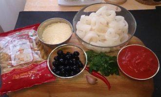 Пенне в томатном соусе с кальмарами и маслинами