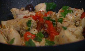 Куриное филе с миндалем, семечками и сладким перцем