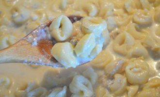 Тортеллини в соусе из груши и дор-блю