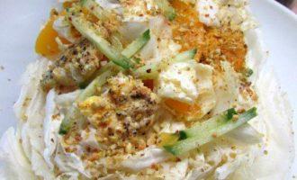 Куриный салат с персиками и фисташками