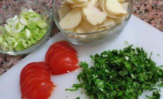 Молодой картофель с мидиями и луком-пореем, запеченный в сливках