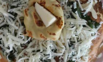 Блинный торт со шпинатом и сыром на завтрак