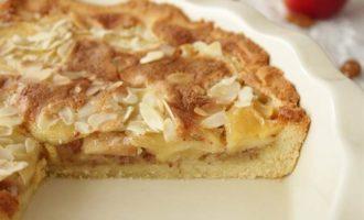 Тарт с миндалем и яблоками