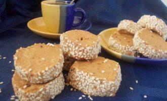 Карамельно-кофейное печенье в кунжуте
