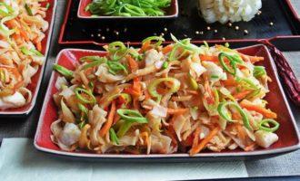 Рисовая лапша с овощами и крабом
