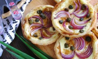 Тарталетки с красным луком и сырным соусом