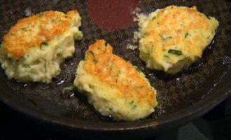 Рыбные биточки со сметанным соусом