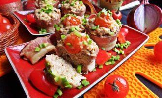 Мясные кексы в беконе