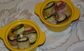 Запеченные рулетики из цукини с сыром и беконом
