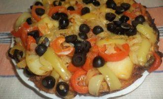 Омлет с фаршем, картофелем, болгарским перцем и маслинами