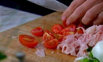 Мини-киш с ветчиной, зеленым луком и помидорами черри