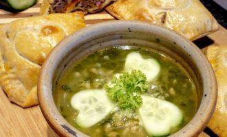 Суп из шпината и зеленой полбы со слоеными пирожками