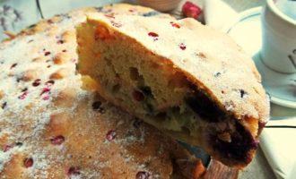 Яблочно-ягодный бисквитный пирог