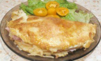 Классический французский омлет с ветчиной и сыром
