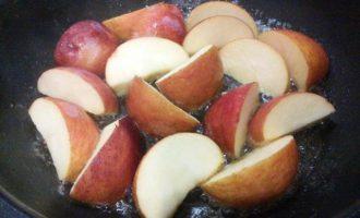 Курица, тушенная в сидре с яблоками