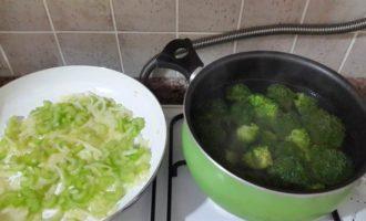 Курица с брокколи и сельдереем в соусе из лабне