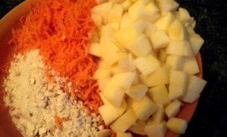 Морковный пряный пирог с фруктами