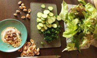 Салат с малиной, фетой и фисташками