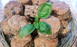 Сырные сконы с оливками и вялеными томатами