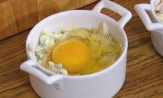 Яйца, запеченные с ветчиной, сыром и травами