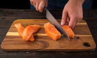 Шашлычки из лосося с лимоном
