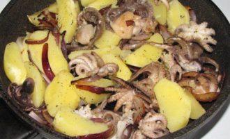 Теплый салат из осьминога с картофелем