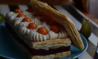 Мильфей с брусничным желе с мёдом, кремом муслин и свежими ягодами