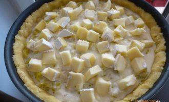Киш с луком-пореем и сыром Камамбер