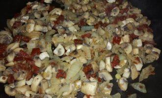 Картофельные биточки с булгуром, грибами и вялеными томатами