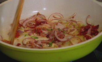 Фриттата с сыром, тимьяном и вялеными помидорами
