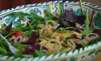 Салат с раковыми шейками, картофелем и оливками