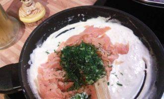 Спагетти под соусом из слабосолёного лосося с розовым перцем