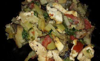 Молодые овощи, запеченные с куриным филе