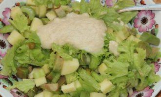 Легкий салат под заправкой из кешью