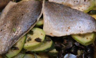 Рыба, запеченная в кармане с цукини и маслинами
