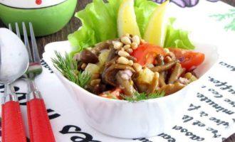Салат с опятами, овощами и кедровыми орешками