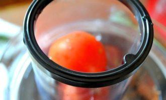 Коктейль свекольно-томатный с сельдереем, базиликом и авокадо