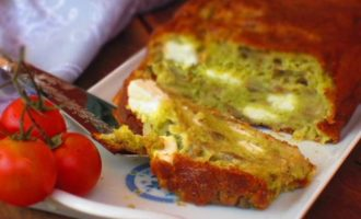 Закусочный кекс с баклажанами, сыром фета и песто