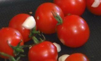 Пенне с рикоттой, помидорами и хлебно-чесночным соусом