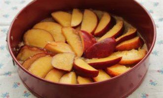 Перевернутый пирог с персиками и тимьяном