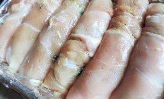 Куриные рулетики со шпинатом под сметанно-томатным соусом