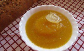 Кремовый суп из тыквы на курином бульоне