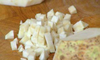 Брускетты с лисичками, сельдереем и зеленым луком